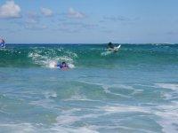 Canottaggio per catturare la prima onda