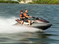 父亲和儿子滑水摩托车飞驰试点诺蒂卡