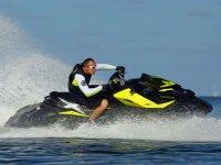 Piloto acelerando la moto acuatica
