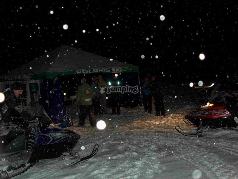 Motos de nieve, por la noche