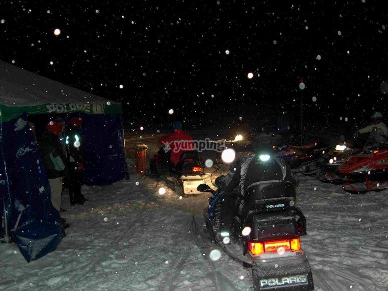 Ruta nocturna en moto de nieve