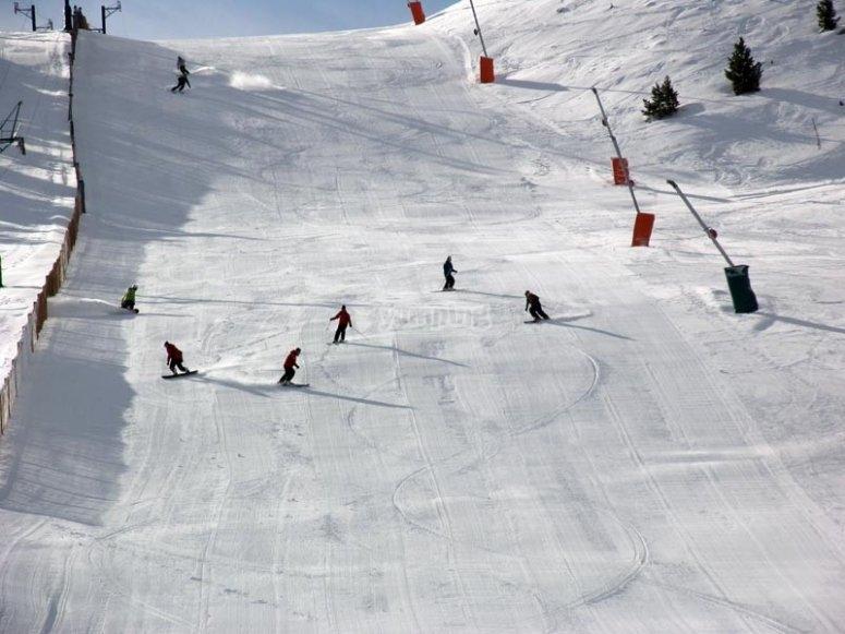 享受滑雪在Masella
