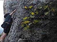 escalando en montaña rocosa