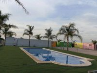 Amplia piscina en el campamento