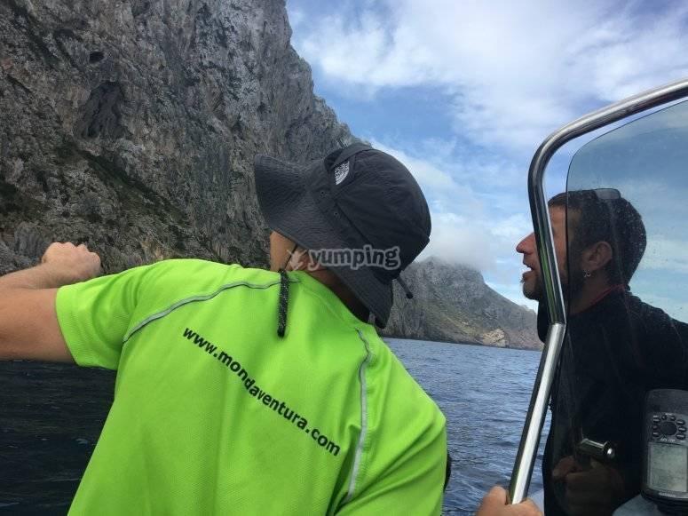 乘船游览的峡谷