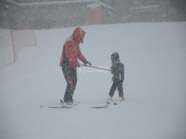 Esquiando mientras nieva