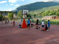 Jugando al baloncesto