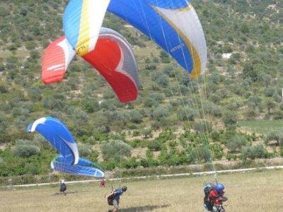 两个座位的滑翔伞飞行在贝尔加20分钟