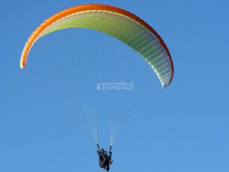 Sobrevolando Asturias en parapente