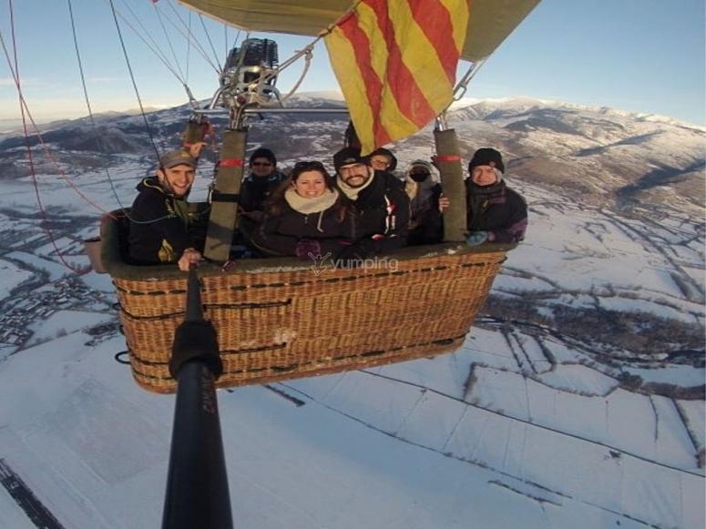 在雪山中乘气球飞行