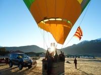 日出时在气球中起飞
