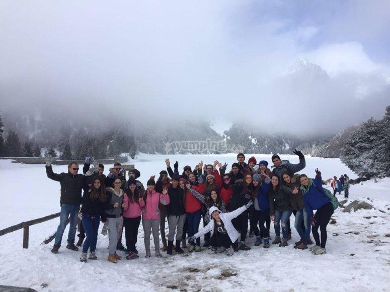 Gruppo di amici nella neve