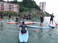 在Guipuzcoa与朋友划船冲浪