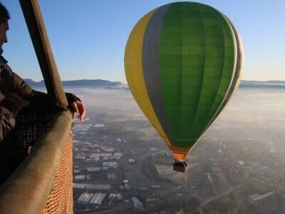 在AltEmpordà+照片中的气球飞行