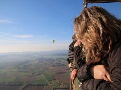气球飞行在BaixEmpordà+照片