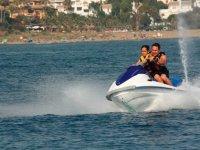 父亲和儿子水上摩托艇