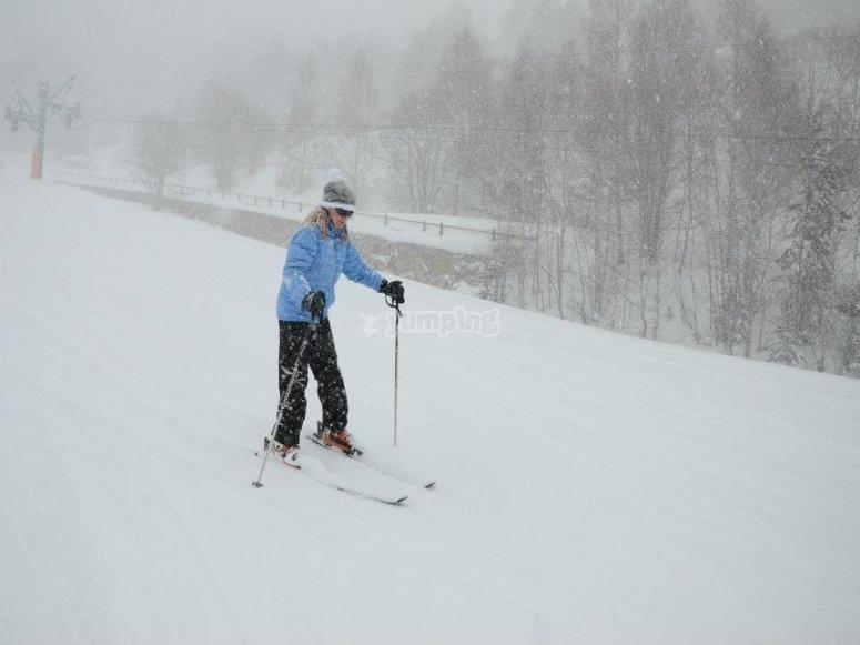 在下雪时享受滑雪