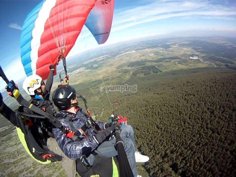 滑翔伞飞行在山上