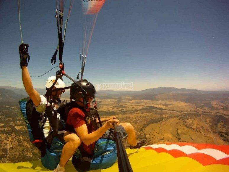 上在另一架滑翔伞