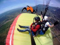 坐在另一架滑翔伞