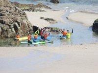 Studenti di surf sulla spiaggia con l'insegnante