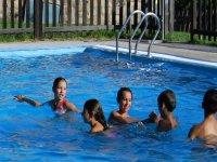 Compartiendo juegos en la piscina