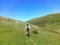 景观骑着自行车冲垃圾之间的山自行车脚踏