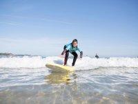 Haciendo surf en la costa cantabra