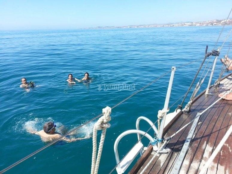 Bañandonos en el mar