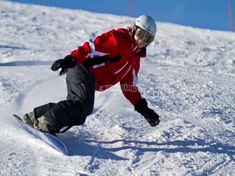 godendo lo snowboard a Leon