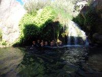 在瀑布水中投掷水
