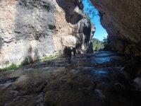 河的岩石间漫步
