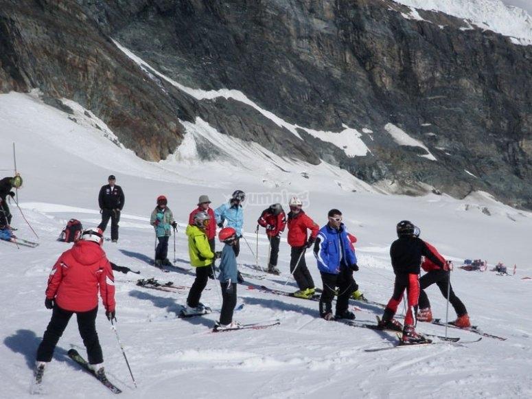 Grupo de alumnos de esquí