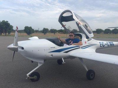 乘飞机飞行Piper PA28 Reus地区1小时15分钟