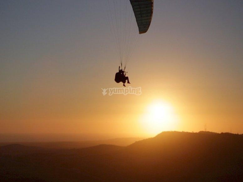 Parapente volando al atardecer