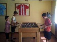 jugando al futbolin