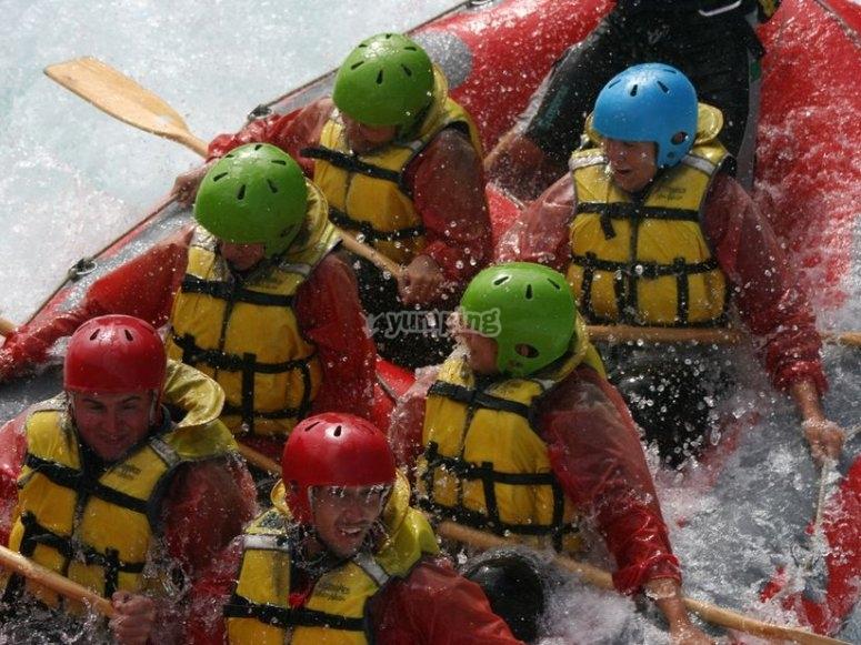 Grupo en balsa de rafting