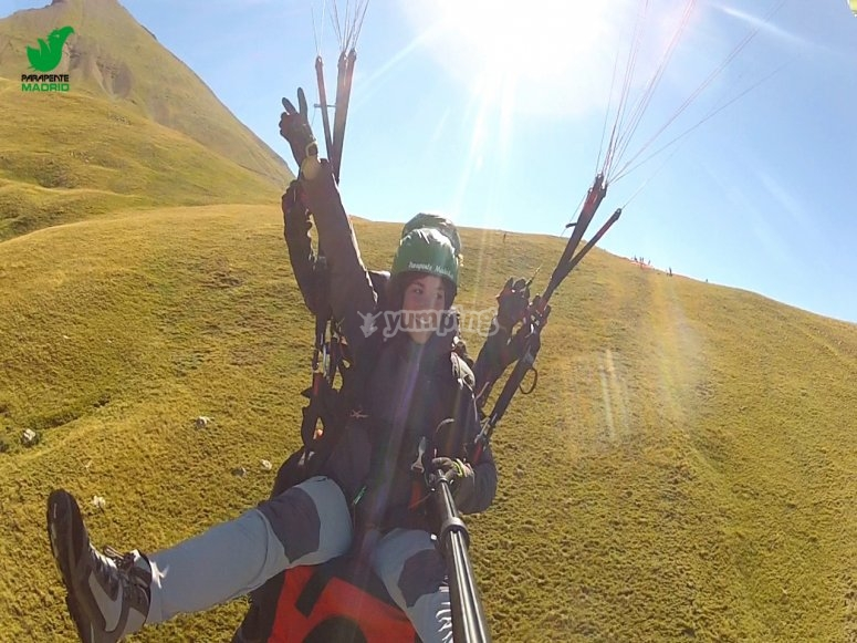 Amazing tandem paragliding fight