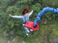 Salto de bungee de espaldas
