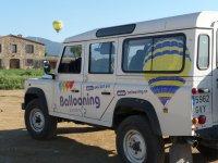 照片在地球上的气球飞行跟踪汽车