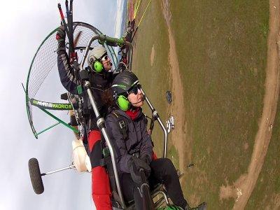 滑翔伞的特技飞行和Alarilla的视频