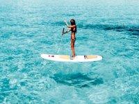 paddle surf en aguas de tonos azules