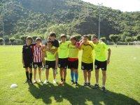 Grupo de niños jugando al fútbol