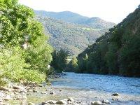 Río con montañas