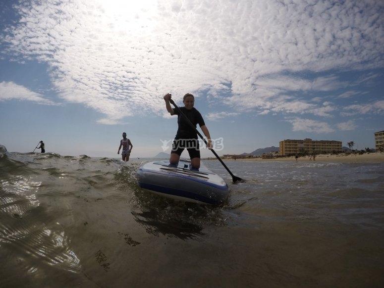 Aprende a practicar paddle surf