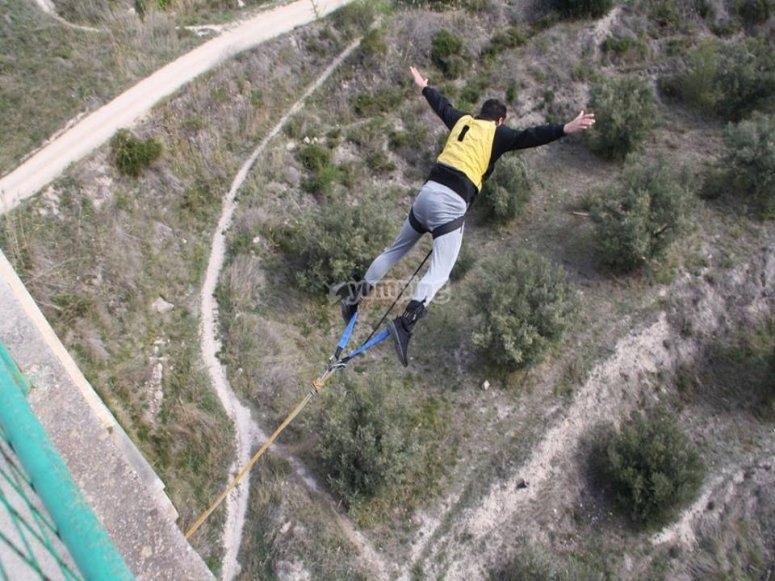 Volando en el bungee jumping