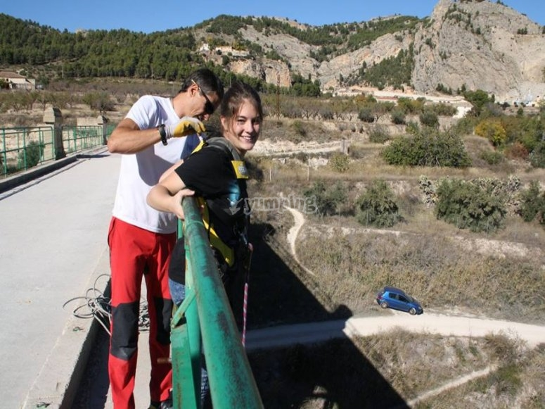 Preparada para salto de bungee jumping en Alcoy