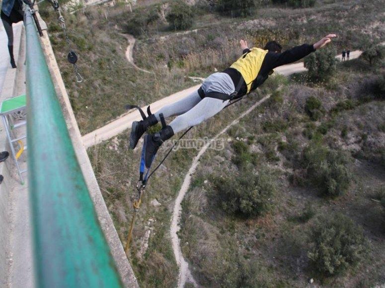 Realizando salto de bungee jumping en Alcoy