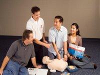 小组学习CPR技术和AED