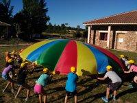 集中目标岩壁挥舞彩色降落伞
